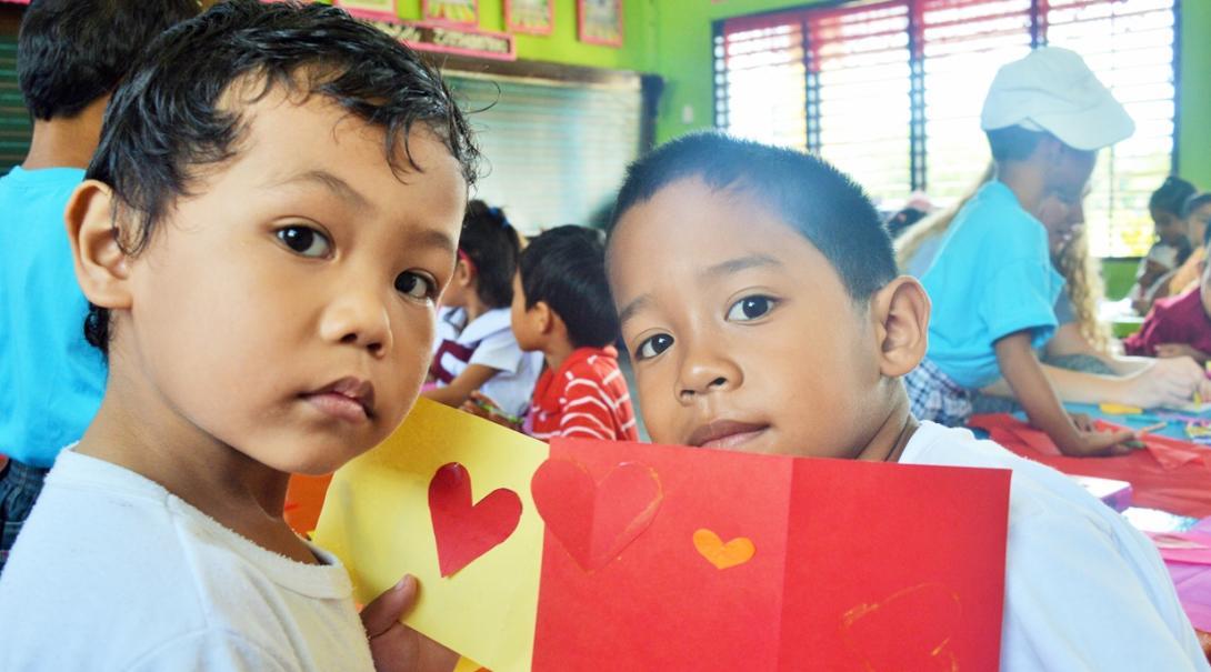 フィリピンの学校で高校生ボランティアから学習する現地の子供たち
